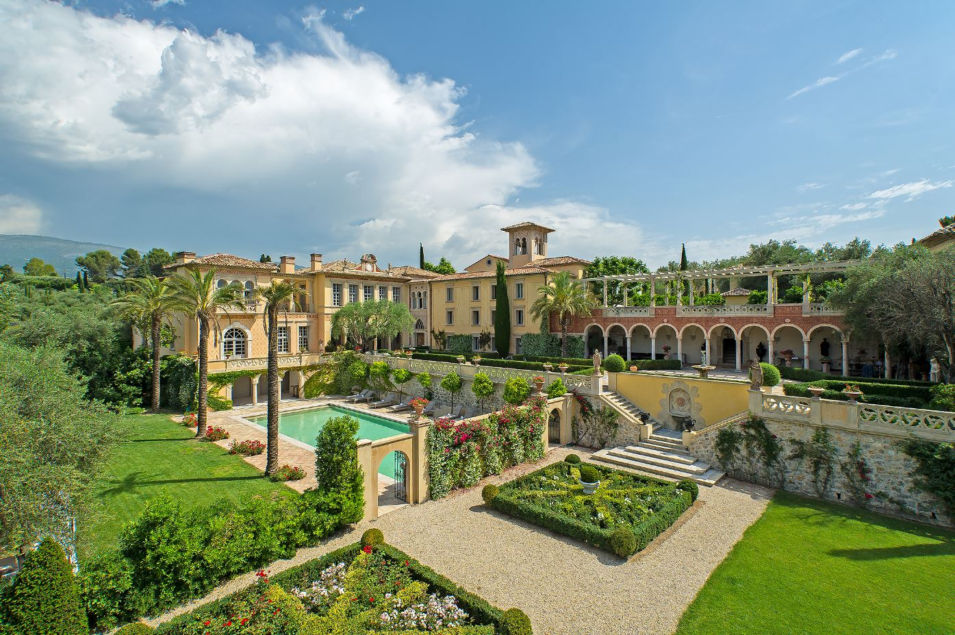 Luxury Villa with Swimming Pool and large garden